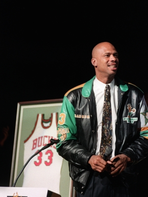 Kareem Abdul-Jabbar pauses while fans cheer as the Bucks retire his jersey