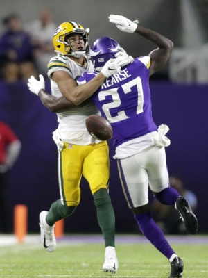 A Vikings defenders breaks up a Packers pass