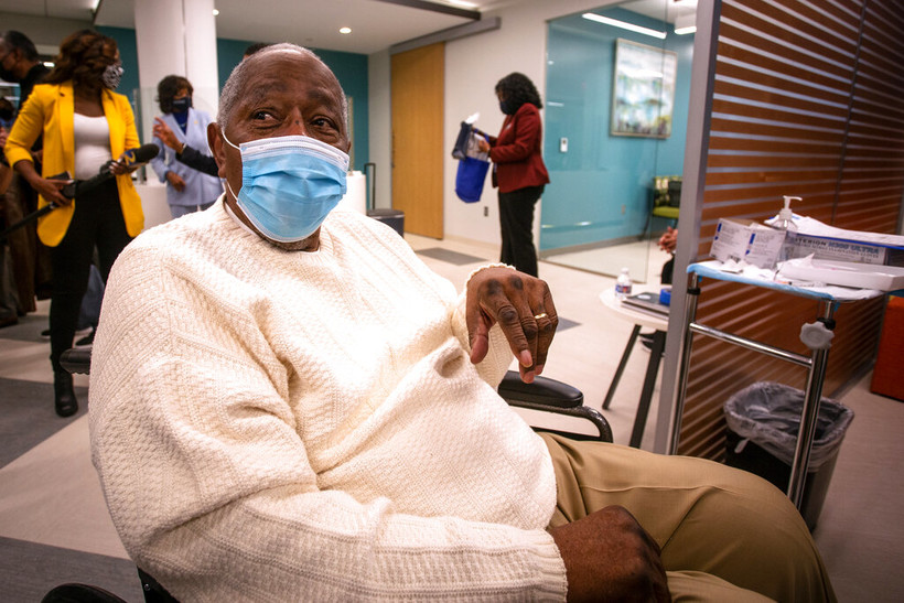 Hank Aaron gets COVID-19 vaccine